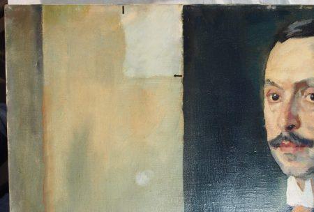 Detail der linken oberen Gemäldeecke – Beginn der Firnisabnahme (originale helle Farbigkeit der Hintergrundgestaltung)