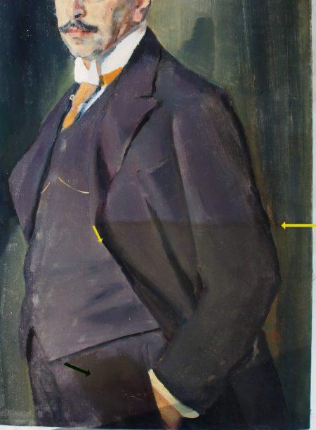 Detailansicht der rechten Gemäldeseite während der Firnisabnahme – unten rechts liegt der gelblich braune Überzug noch auf dem Gemälde (Kante markiert durch gelbe Pfeile) auf dem Hosenbein befindet sich die braune Übermalung (schwarzer Pfeil)